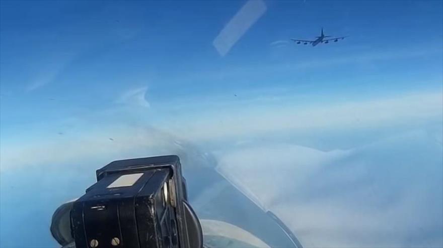 Vídeo: Los Su-27 escoltan a B-52H de EEUU en la frontera de Rusia