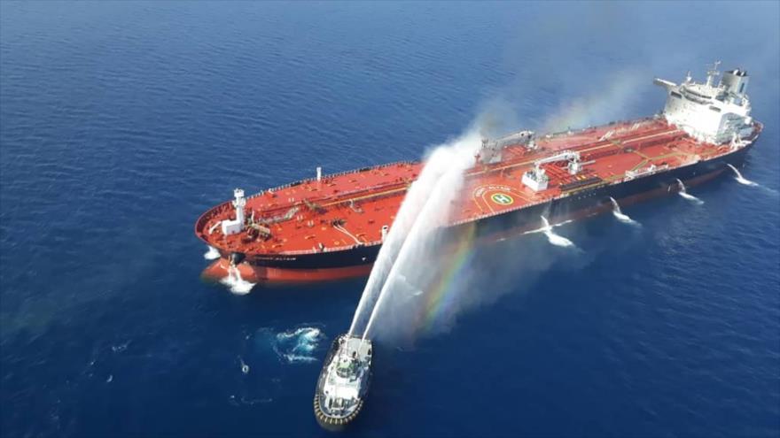 Un barco de la Armada iraní intenta sofocar el incendio que se ha desatado en un petrolero, mar de Omán, 13 de junio de 2019. (Foto: Tasnim)