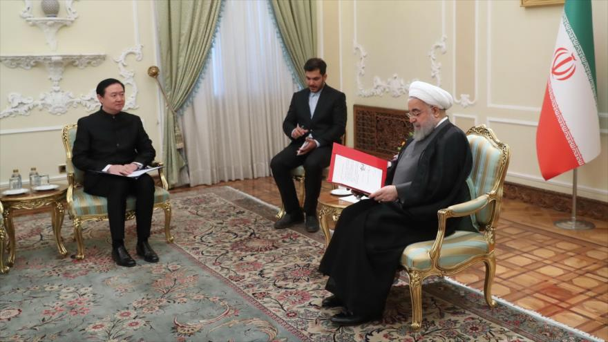 El presidente de Irán, Hasan Rohani (dcha.), recibe al nuevo embajador chino, Chang Hua (izda.), Teherán, 17 de junio de 2019. (Foto: President.ir)