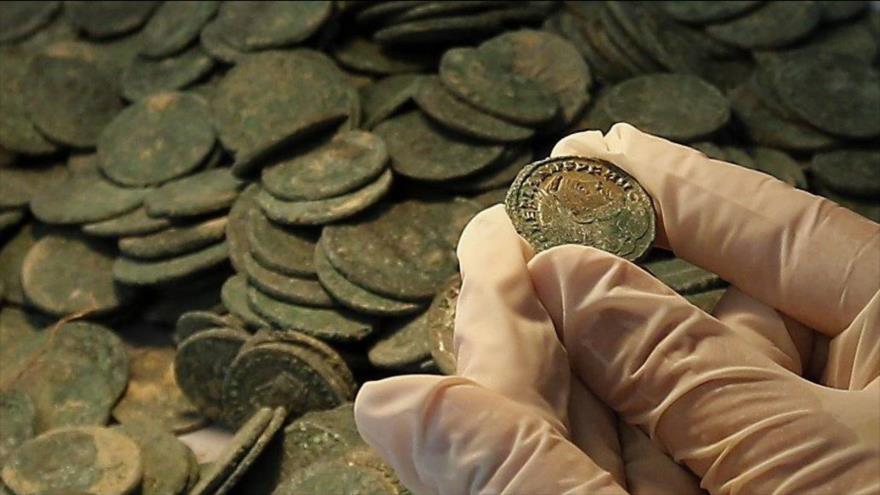 Arqueólogos hallan una moneda de la época de Jesús en Palestina.