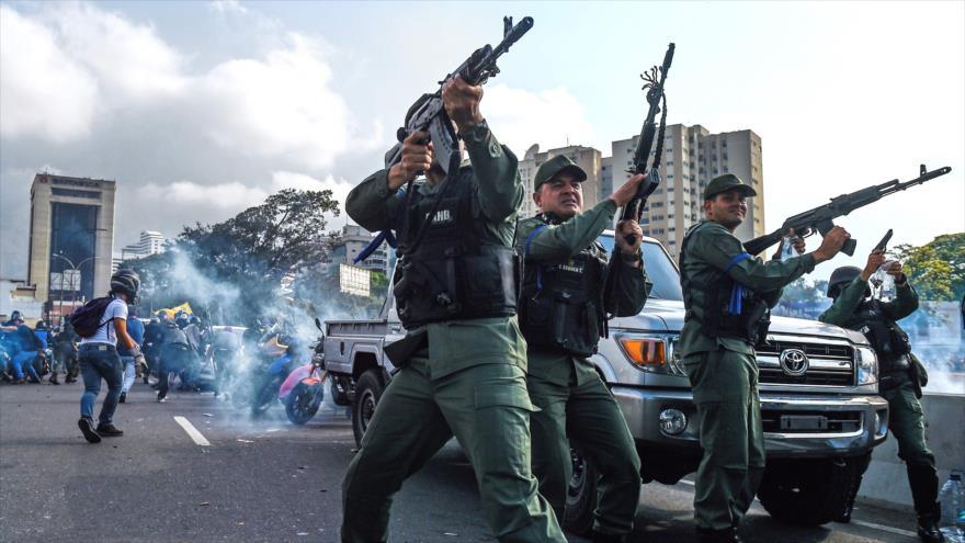 Militares desertores venezolanos disparan al aire cerca de la base militar La Carlota, en Caracas (capital), 30 de abril 2019. (Foto: AFP)