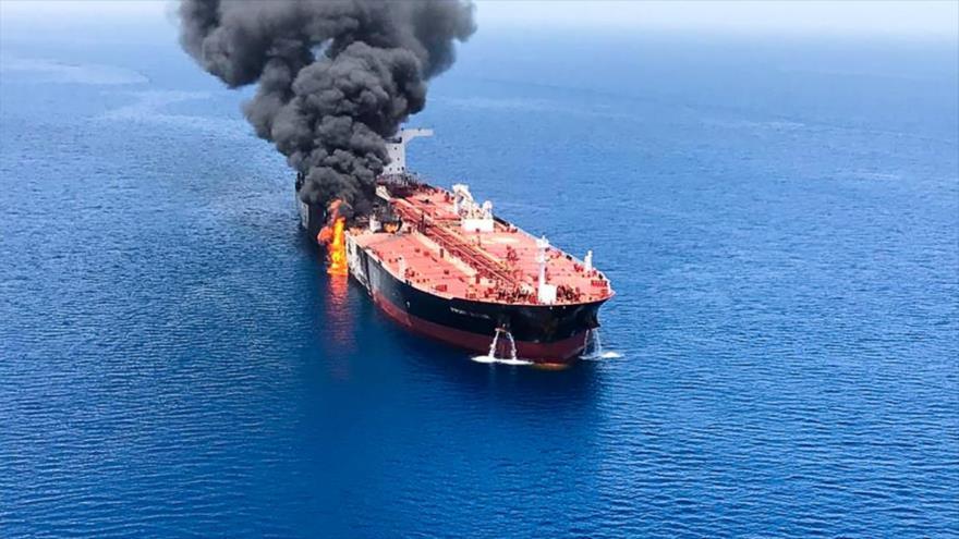 Un buque cisterna se quema por causas desconocidas en el mar de Omán, 13 de junio de 2019. (Foto: AFP)