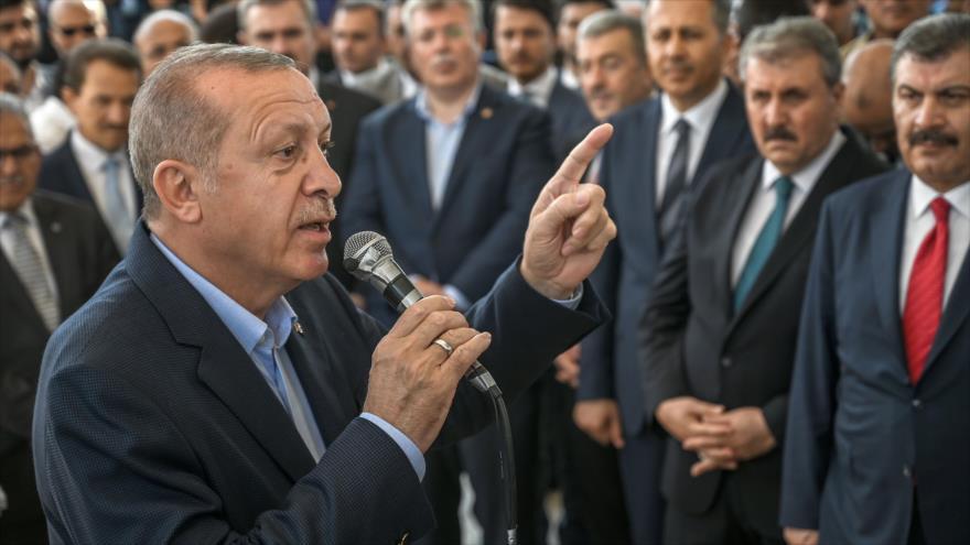 El presidente de Turquía, Recep Tayyip Erdogan, en una ceremonia en honor al fallecido expresidente egipcio Muhamad Mursi, 18 de junio de 2019. (Foto: AFP)