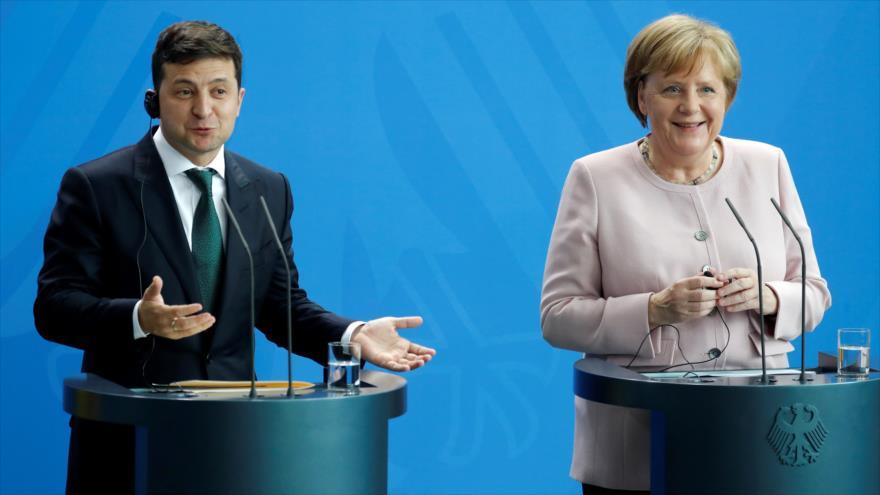 La canciller alemana, Angela Merkel, y el presidente ucraniano, Volodimir Zelenski, en una conferencia de prensa en Berlín, 18 de junio de 2019. (Foto: AFP)