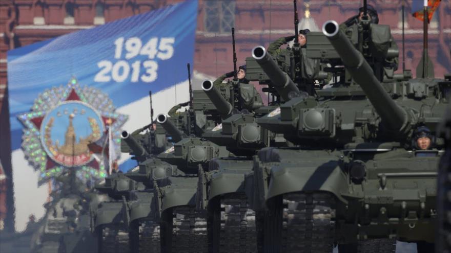 Un desfile de tanques rusos en el Día de Victoria, Plaza Roja, Moscú (capital).