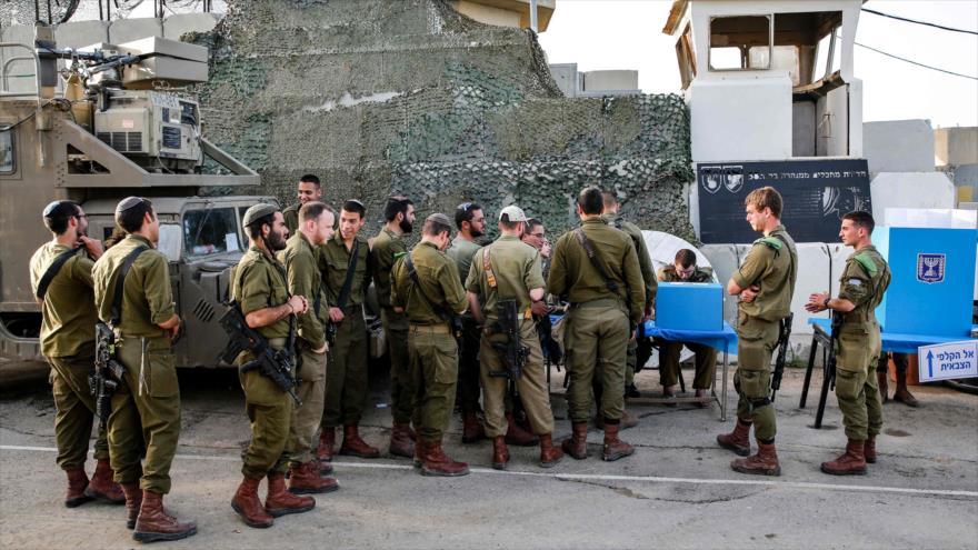 Soldados israelíes en la base militar Erez, ubicada en el sur de los territorios ocupados palestinos, cerca de Gaza, 7 de abril de 2019. (Foto: AFP)