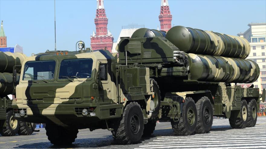 Sistemas de defensa aérea S-400 de Rusia durante un desfile en Moscú, capital rusa.