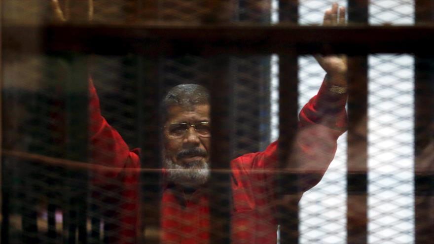 El expresidente de Egipto Muhamad Mursi en una sesión del juicio en su contra en El Cairo, capital egipcia, 18 de junio de 2016.