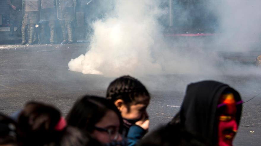 Carabineros reprimen con armas manifestación estudiantil en Chile