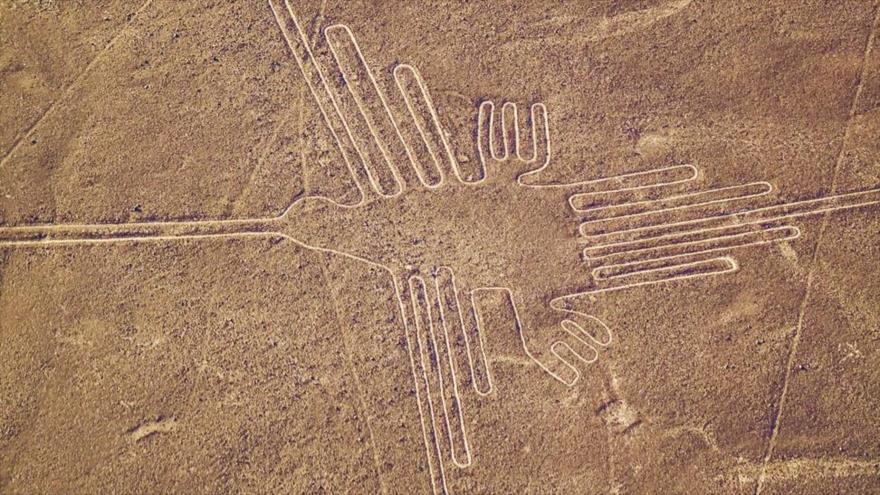 Un dibujo de una enorme ave que se encuentra en las líneas del desierto de Nazca en Perú.