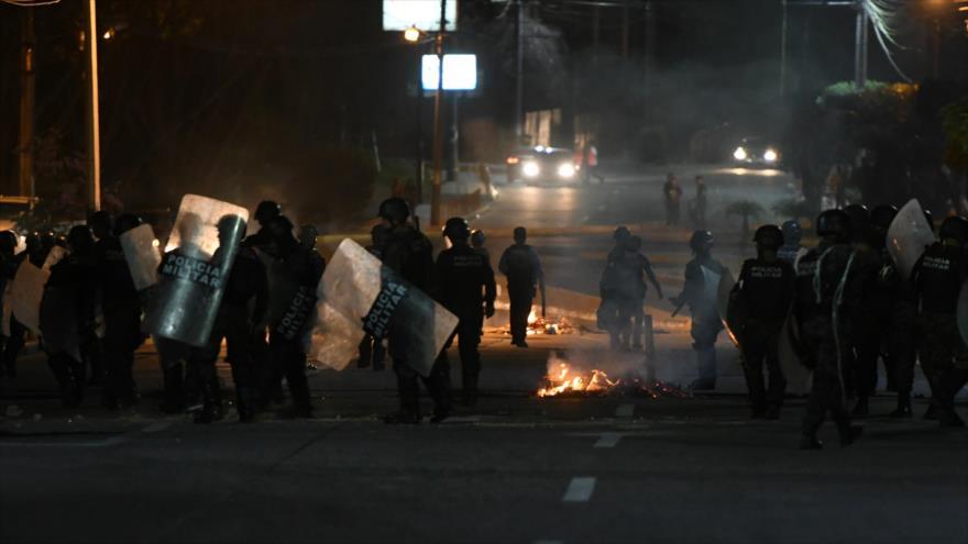 Miembros de la policía militar lanzan gas lacrimógeno a manifestantes en Tegucigalpa, capital de Honduras, 19 de junio de 2019 (Foto: AFP)