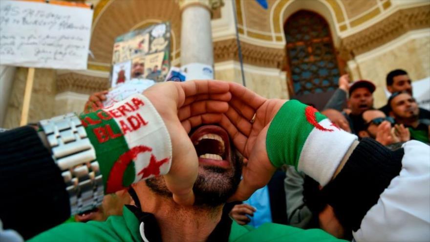Manifestante argelino protesta en la plaza de la Grande Poste, en la capital Argel.