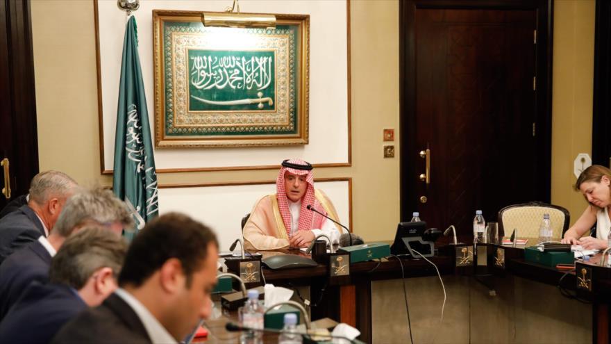 Canciller saudí Adel al-Yubeir habla en una rueda de prensa en la embajada del reino árabe en Londres, 20 de junio de 2019. (Foto: AFP)