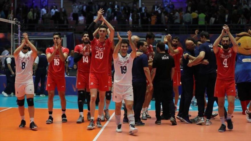 La selección de Voleibol de Irán celebra la victoria ante Australia en la ciudad iraní de Ardebil, 22 de junio de 2019.