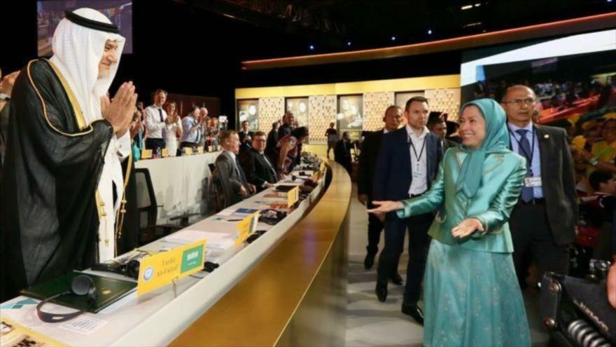 La jefa del grupo terrorista MKO, Maryam Rayavi, saluda al príncipe saudí Turki bin Faisal Al Saud en Francia, julio de 2016.