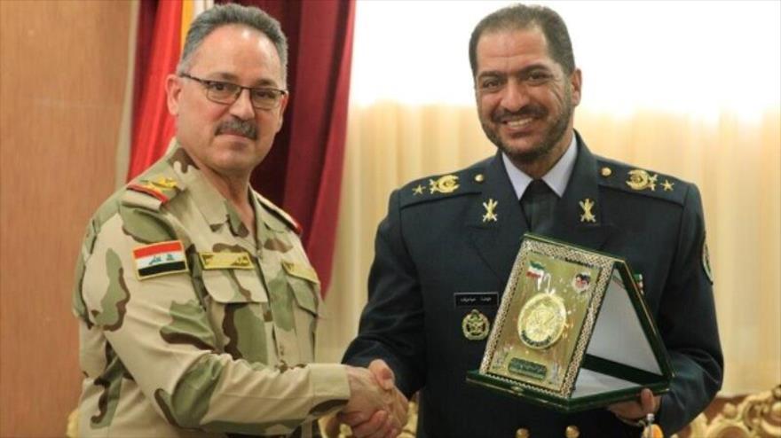 Tariq Abás Ibrahim Abdulhusein, vicecomandante del Ejército iraquí (izq.), junto con el comandante de la Fuerza Aérea iraní, Alireza Sabahi Fard, 23 de junio de 2019.