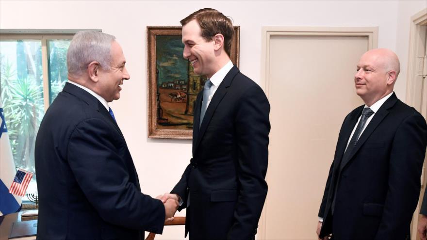 Jared Kushner, asesor y yerno del presidente de EE.UU. (centro), saluda al premier israelí, Benjamín Netanyahu, 30 de mayo de 2019. (Foto: AFP)