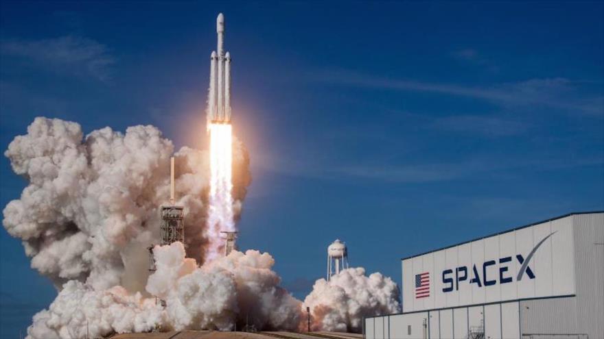 El lanzamiento de un cohete Falcon Heavy de SpaceX en Cabo Cañaveral, Florida, EE.UU.