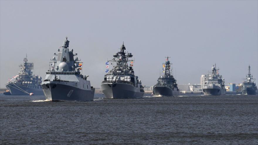 Buques de la Marina rusa, entre ellos el Almirante Gorshkov, cerca de la base naval de Kronshtadt, en Rusia, 20 de julio de 2018. (Foto: AFP)