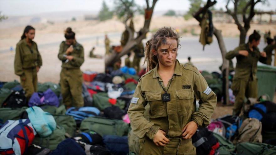 Las mujeres soldado del régimen de Israel participan en una maniobra militar.