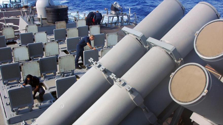Marineros de EE.UU. inspeccionan el sistema de lanzamiento vertical para misiles Mk 41 a bordo del destructor Arleigh Burke Class.
