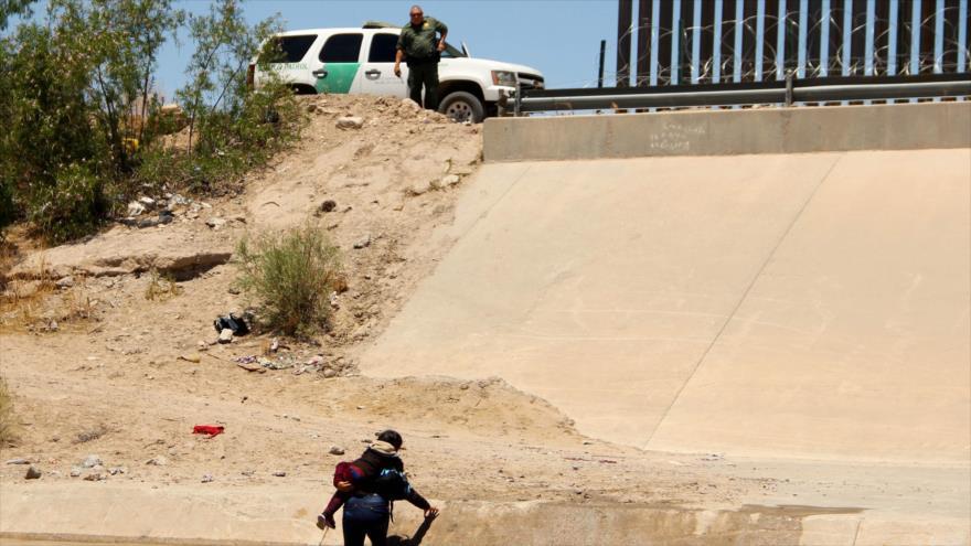 Un agente de EE.UU., en alerta ante los intentos de una mujer y una niña migrantes por cruzar el Río Bravo desde el lado mexicano, 12 de junio de 2019. (Foto: AFP)
