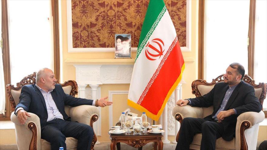 El director para Asuntos Internacionales del Parlamento iraní (dcha.) en una reunión con Naser Abu Sharif, Teherán, 26 de junio de 2019. (Foto: ICANA)