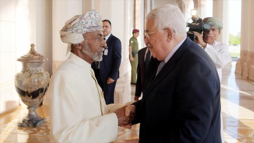 El presidente palestino, Mahmud Abás, (dch.) en una reunión con el rey de Omán, el sultán Qabus bin Said, Mascate, 22 de octubre de 2018.