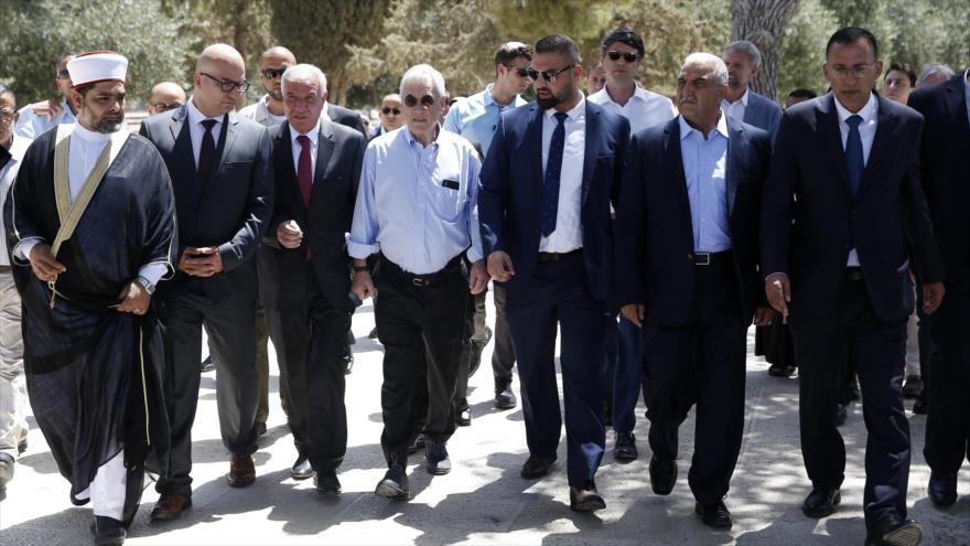 El presidente chileno, Sebastián Piñera (centro), visita la Mezquita Al-Aqsa junto a funcionarios palestinos, 25 de junio de 2019.