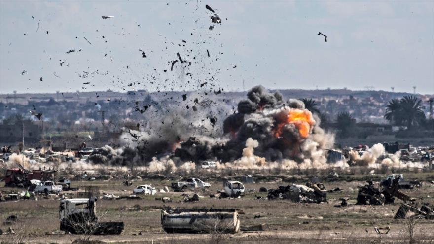 Fuerzas siria bombardean una posición de terroristas de EIIL (Daesh, en árabe), Baquz, la provincia de Deir Ezzor, 3 de marzo de 2019. (Foto: AFP)