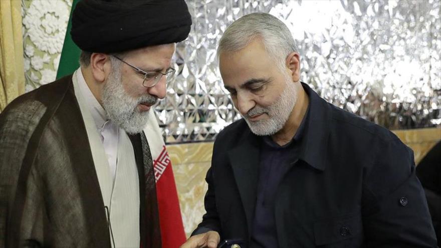 El presidente del Poder Judicial de Irán, Seyed Ebrahim Raisi (izda.), y el general Qasem Soleimani en un encuentro en la ciudad iraní de Mashad.
