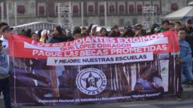 Estudiantes mexicanos exigen becas y apoyos económicos