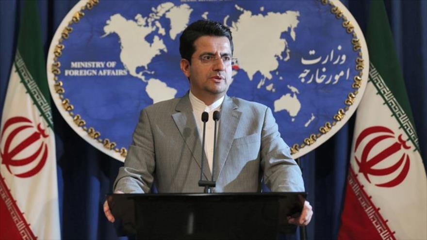 El portavoz de la Cancillería de Irán, Seyed Abás Musavi habla en una rueda de prensa en Teherán, la capital.