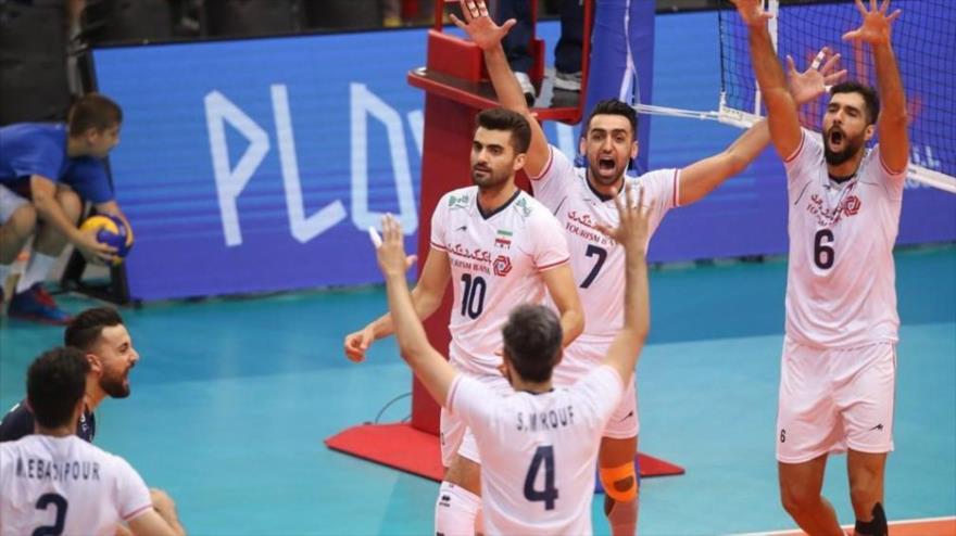 Jugadores de la selección nacional de voleibol de Irán celebran tras anotar un punto ante Serbia, 28 de junio de 2019.