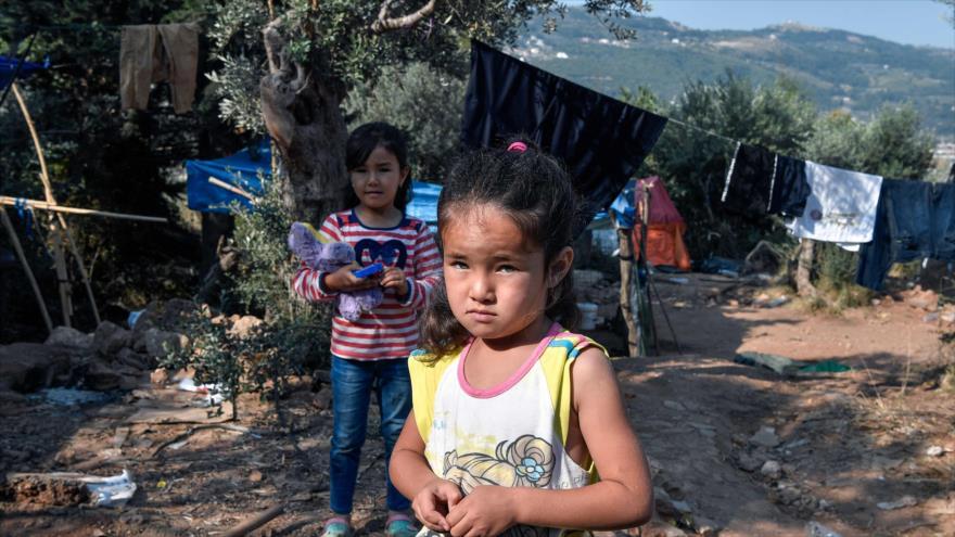 Los niños refugiados recién llegados en un campamento improvisado en la isla egea en Grecia, 18 de junio de 2019. (Foto: AFP)