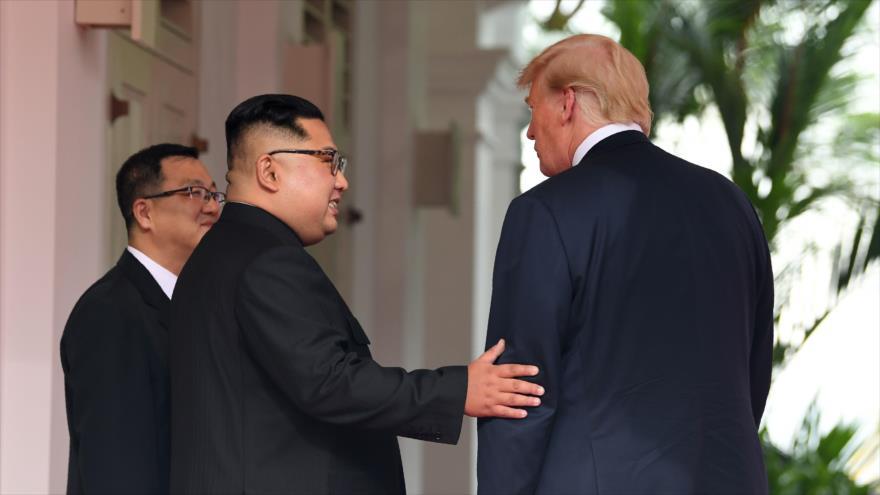 El líder de Corea del Norte, Kim Jong Un (C) junto al presidente de los EE.UU., Donald Trump (dcha.), en Singapur, 11 de junio de 2018. (Foto: AFP)