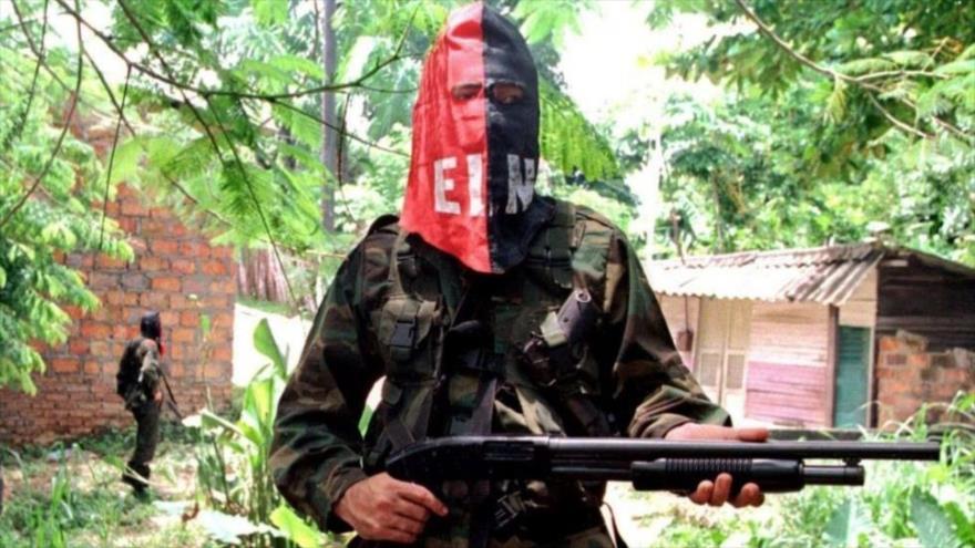Un guerrillero del Ejército de Liberación Nacional (ELN) posa empuñando su arma en algún lugar de Colombia.