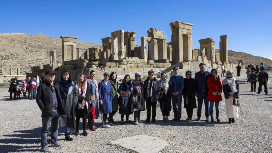 Un grupo de turistas chinos visita Persépolisa, en Shiraz, sur de Irán, enero de 2019. (Foto: IRNA)