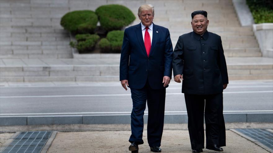 El presidente de EE.UU., Donald Trump (izd.), y el líder norcoreano, Kim Jong-un, caminan juntos en suelo norcoreano, 30 de junio de 2019. (Foto: AFP)