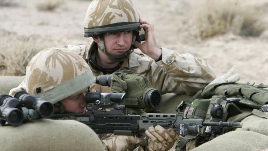 Dos soldados británicos durante una operación en Basora, sur de Bagdad, capital de Irak, 16 de diciembre de 2007. (Foto: Reuters)
