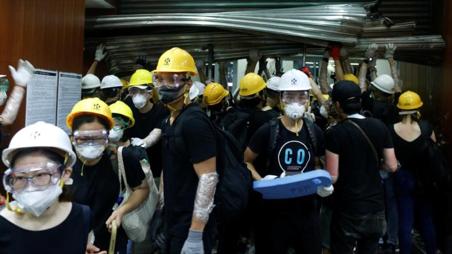 Manifestantes irrumpen en el Parlamento de Hong Kong | HISPANTV