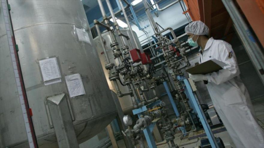 Zarif: Irán supera el límite de reservas de uranio enriquecido