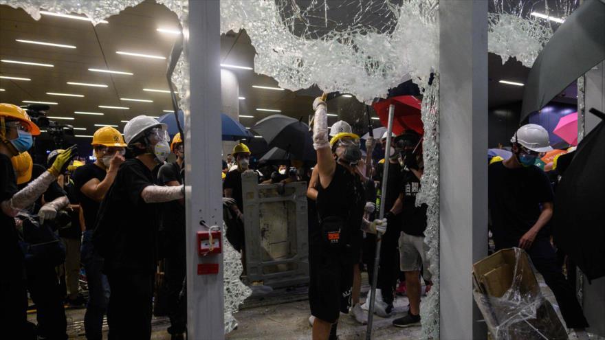 Manifestantes rompen puertas y ventanas del Parlamento en Hong Kong, 1 de julio de 2019. (FOTO: AFP)