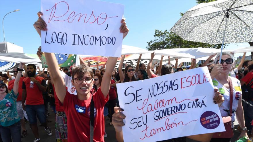 Protestan en Brasil contra políticas educativas del presidente Jair Bolsonaro en Brasilia, 30 de mayo de 2019. (Foto: AFP)