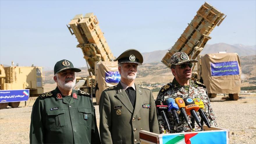 El comandante de la Defensa Aérea del Ejército de Irán, el general de brigada Alireza Sabahifard (decha.).