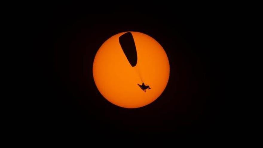 Vídeo y fotos: Parapentista vuela en medio del eclipse solar