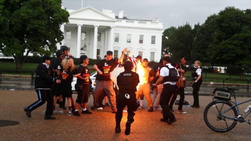 Vídeo: Manifestantes queman bandera de EEUU frente a Casa Blanca | HISPANTV