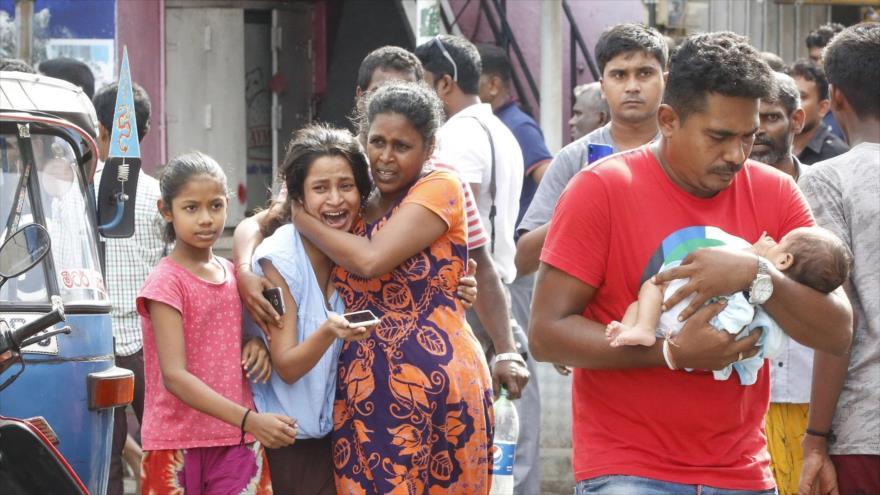 Esrilanqueses corren tras un atentado en una Iglesia en Colombo (capital de Sri Lanka).