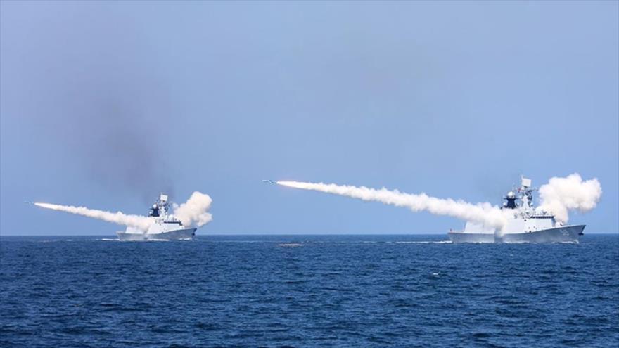 Buques de guerra chinos disparan misiles durante un simulacro en la costa este de China, 7 de agosto de 2017.