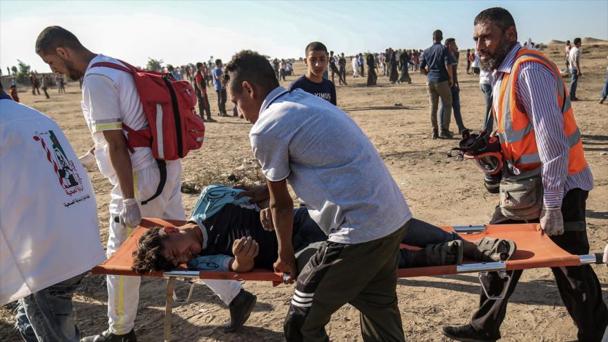Trasladan a un joven palestino herido en las protestas en la Franja de Gaza, 5 de julio de 2019. (Foto: AFP)